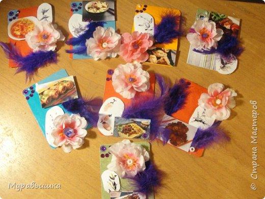 Китайскую живопись также называют традиционной китайской живописью. Традиционная китайская живопись восходит к периоду неолита, около восьми тысяч лет назад. Найденная на раскопках цветная керамика с нарисованными животными, рыбой, оленями, и лягушками показывает, что в период неолита китайцы уже начали использовать кисти для рисования.  Живопись Китая — важная часть традиционной китайской культуры и бесценное сокровище китайской нации, она имеет долгую историю и славные традиции в области мировых искусств.  Китайская живопись и китайская каллиграфия тесно связаны, потому что в обоих видах искусства используются линии. Китайцы превратили простые линии в высоко развитые формы искусства. Линиями рисуют не только контуры, но и для того, чтобы выразить концепцию художника и его чувства. Для различных предметов и целей используются разные линий.  Они могут быть прямыми или изогнутыми, твердыми или мягкими, толстыми или тонкими, бледными или темными, и краска может быть сухим или текущей. Использование линий и штрихов является одним из элементов, которые наделяют китайскую живопись своими уникальными качествами.  Традиционная китайская живопись представляет собой сочетание в одной китайская живописькартине несколько искусств — поэзии, каллиграфии, живописи, гравировки и печати. В древние времена большинство художников были поэтами и мастерами каллиграфии.  Для китайцев «Живопись в поэзии и поэзия в живописи» была одним из критериев прекрасных произведений искусства.  Надписи и оттиски печатей помогали объяснить идеи художника и его настроения, а также добавить декоративной красоты в живопись Китая.  В живописи Древнего Китая художники часто изображали сосны, бамбук и сливы. Когда к таким рисункам были сделаны надписи — «примерное поведение и благородство характера», то растениям этим приписывались качества людей и они были призваны воплощать их. Все китайские искусства — поэзия, каллиграфия, живопись, гравюра и печать — дополняют и обогащают друг друга. фото 1