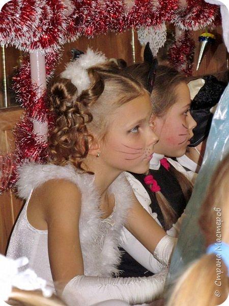 Приветствую Вас, уважаемые гости моего блога!  Сегодня покажу мою зимнюю работу - костюм Кошечки для Катюши на новогодний праздник в детской спортшколе, где Катя занимается спортивной аэробикой.  Катюше дали роль кошечки. Я очень обрадовалась, т.к. у меня уже были наметки на этот костюм - 9 лет назад шила костюм белой кошечки своей старшей дочке Юле - остались детали).   фото 20