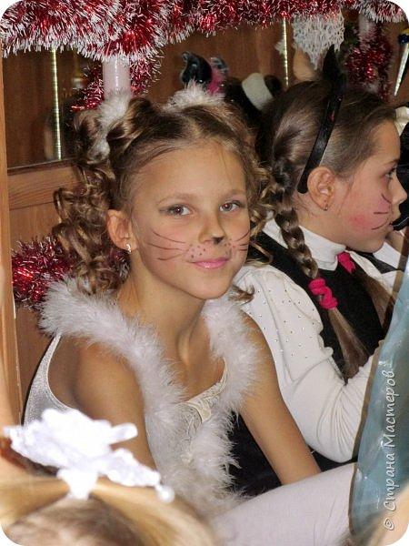 Приветствую Вас, уважаемые гости моего блога!  Сегодня покажу мою зимнюю работу - костюм Кошечки для Катюши на новогодний праздник в детской спортшколе, где Катя занимается спортивной аэробикой.  Катюше дали роль кошечки. Я очень обрадовалась, т.к. у меня уже были наметки на этот костюм - 9 лет назад шила костюм белой кошечки своей старшей дочке Юле - остались детали).   фото 21