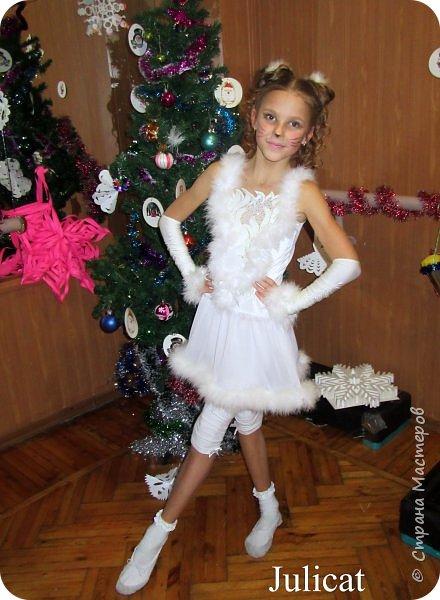 Приветствую Вас, уважаемые гости моего блога!  Сегодня покажу мою зимнюю работу - костюм Кошечки для Катюши на новогодний праздник в детской спортшколе, где Катя занимается спортивной аэробикой.  Катюше дали роль кошечки. Я очень обрадовалась, т.к. у меня уже были наметки на этот костюм - 9 лет назад шила костюм белой кошечки своей старшей дочке Юле - остались детали).   фото 19