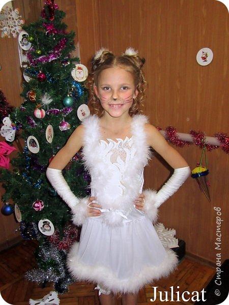Приветствую Вас, уважаемые гости моего блога!  Сегодня покажу мою зимнюю работу - костюм Кошечки для Катюши на новогодний праздник в детской спортшколе, где Катя занимается спортивной аэробикой.  Катюше дали роль кошечки. Я очень обрадовалась, т.к. у меня уже были наметки на этот костюм - 9 лет назад шила костюм белой кошечки своей старшей дочке Юле - остались детали).   фото 1