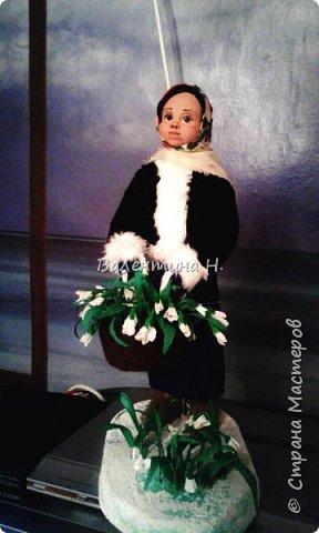 Вот такая куклеха слепилась у меня из керапласта. Лепила первый раз.Валенки что ни на есть самые настоящие)))) из войлочных стелек. Тело мягконабивное на каркасе. Корзина из фетра, подснежники из гофробумаги. фото 2