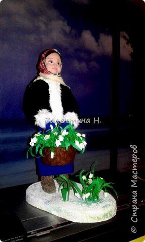 Вот такая куклеха слепилась у меня из керапласта. Лепила первый раз.Валенки что ни на есть самые настоящие)))) из войлочных стелек. Тело мягконабивное на каркасе. Корзина из фетра, подснежники из гофробумаги. фото 1