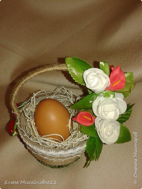 Скоро Светлый праздник -Пасха... мои пробы пера... все очень простенько...  первая большая корзинка из пластмассовой основы, обмотана шпагатом, внутри упаковка для яиц (вернее 4 ячейки), сизаль, декоративные цветочки. Яйца не крашеные, натуральные (но ведь и не Пасха еще!!!) для наглядности.... фото 7