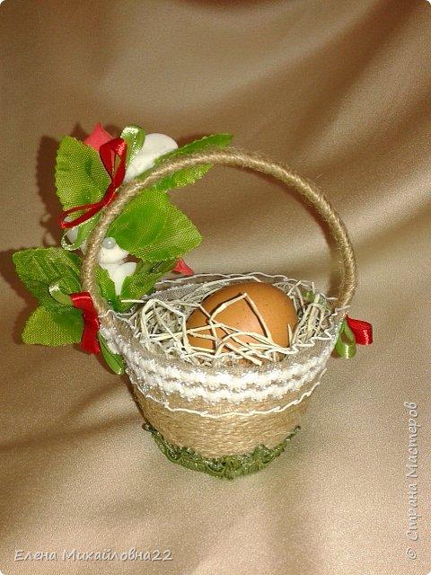 Скоро Светлый праздник -Пасха... мои пробы пера... все очень простенько...  первая большая корзинка из пластмассовой основы, обмотана шпагатом, внутри упаковка для яиц (вернее 4 ячейки), сизаль, декоративные цветочки. Яйца не крашеные, натуральные (но ведь и не Пасха еще!!!) для наглядности.... фото 8