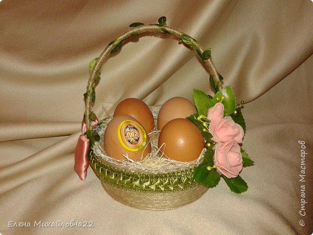 Скоро Светлый праздник -Пасха... мои пробы пера... все очень простенько...  первая большая корзинка из пластмассовой основы, обмотана шпагатом, внутри упаковка для яиц (вернее 4 ячейки), сизаль, декоративные цветочки. Яйца не крашеные, натуральные (но ведь и не Пасха еще!!!) для наглядности.... фото 1