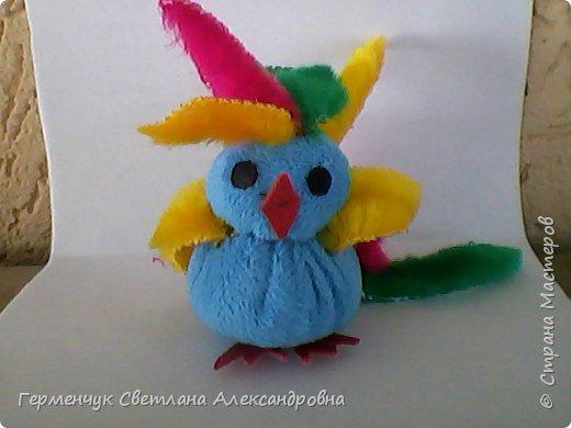 Эту  крошечную красавицу девочку- попугайчика Кнопу   сшила Величко Вероника   из  4 кл. Девочка посещает кружок  шитья  в ДДШИ. Вероника  ,нам очень нравится твоя игрушка!!!Ты- талантливая  рукодельница!!! Браво!!! фото 1