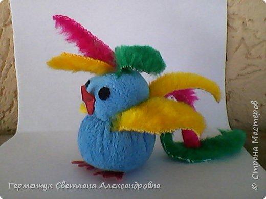Эту  крошечную красавицу девочку- попугайчика Кнопу   сшила Величко Вероника   из  4 кл. Девочка посещает кружок  шитья  в ДДШИ. Вероника  ,нам очень нравится твоя игрушка!!!Ты- талантливая  рукодельница!!! Браво!!! фото 2