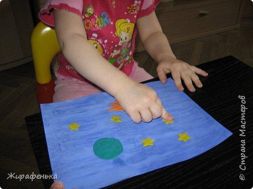 """Работа из моего архива от 2011г. Делали с моей соседкой Вероникой 2г 7мес, на день космонавтики.Небо и ракету красили гуашью, пользуясь кисточкой из губки.Звёздочки,комета и планета Сатурн выполнены из пластилина - рисовали через трафарет.  В космической ракете с названием """"Восток"""" Он первым на планете подняться к звёздам смог. Поёт об этом песни весенняя капель: Навеки будут вместе Гагарин и апрель.                                             В.Степанов.    фото 11"""