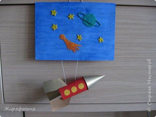"""Работа из моего архива от 2011г. Делали с моей соседкой Вероникой 2г 7мес, на день космонавтики.Небо и ракету красили гуашью, пользуясь кисточкой из губки.Звёздочки,комета и планета Сатурн выполнены из пластилина - рисовали через трафарет.  В космической ракете с названием """"Восток"""" Он первым на планете подняться к звёздам смог. Поёт об этом песни весенняя капель: Навеки будут вместе Гагарин и апрель.                                             В.Степанов.    фото 1"""