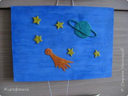 """Работа из моего архива от 2011г. Делали с моей соседкой Вероникой 2г 7мес, на день космонавтики.Небо и ракету красили гуашью, пользуясь кисточкой из губки.Звёздочки,комета и планета Сатурн выполнены из пластилина - рисовали через трафарет.  В космической ракете с названием """"Восток"""" Он первым на планете подняться к звёздам смог. Поёт об этом песни весенняя капель: Навеки будут вместе Гагарин и апрель.                                             В.Степанов.    фото 2"""