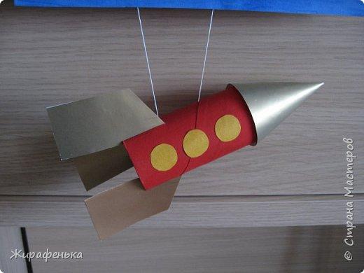 """Работа из моего архива от 2011г. Делали с моей соседкой Вероникой 2г 7мес, на день космонавтики.Небо и ракету красили гуашью, пользуясь кисточкой из губки.Звёздочки,комета и планета Сатурн выполнены из пластилина - рисовали через трафарет.  В космической ракете с названием """"Восток"""" Он первым на планете подняться к звёздам смог. Поёт об этом песни весенняя капель: Навеки будут вместе Гагарин и апрель.                                             В.Степанов.    фото 3"""