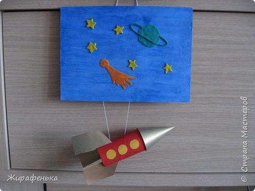 """Работа из моего архива от 2011г. Делали с моей соседкой Вероникой 2г 7мес, на день космонавтики.Небо и ракету красили гуашью, пользуясь кисточкой из губки.Звёздочки,комета и планета Сатурн выполнены из пластилина - рисовали через трафарет.  В космической ракете с названием """"Восток"""" Он первым на планете подняться к звёздам смог. Поёт об этом песни весенняя капель: Навеки будут вместе Гагарин и апрель.                                             В.Степанов.    фото 12"""