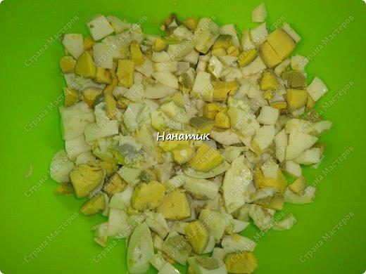 Делюсь рецептом простого и легкого салата: -7 яиц среднего размера -2 средних огурца -пучок щавеля  -укроп (пучок) -горошек консервированный (банка) -соль по вкусу -масло растительное для заправки фото 2