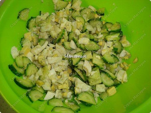 Делюсь рецептом простого и легкого салата: -7 яиц среднего размера -2 средних огурца -пучок щавеля  -укроп (пучок) -горошек консервированный (банка) -соль по вкусу -масло растительное для заправки фото 4