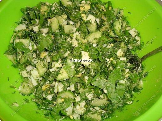 Делюсь рецептом простого и легкого салата: -7 яиц среднего размера -2 средних огурца -пучок щавеля  -укроп (пучок) -горошек консервированный (банка) -соль по вкусу -масло растительное для заправки фото 7