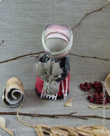 Кукла Подорожница — маленький талисман, оберег, который каждый путник, обязательно брал с собой, отправляясь в дорогу. Подорожница охраняла в пути, берегла от несчастий, помогала благополучно вернуться к родному порогу. Считалось, что берегиня не даст страннику сбиться с намеченной дороги. В руках у Подорожницы узелок. Он символизирует горсть родной земли, которую брали с собой, также это могла быть и зола из родного очага. Кукла делалась небольшого размера для удобства ношения ее в кармане или за пазухой. фото 1