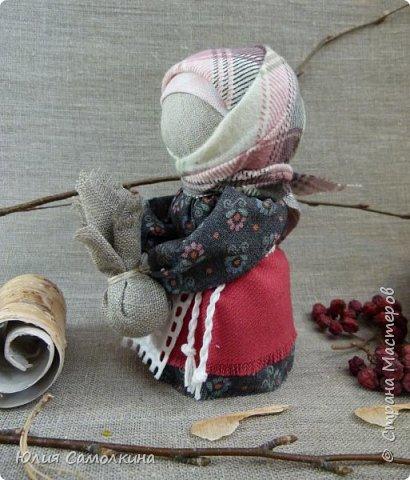 Кукла Подорожница — маленький талисман, оберег, который каждый путник, обязательно брал с собой, отправляясь в дорогу. Подорожница охраняла в пути, берегла от несчастий, помогала благополучно вернуться к родному порогу. Считалось, что берегиня не даст страннику сбиться с намеченной дороги. В руках у Подорожницы узелок. Он символизирует горсть родной земли, которую брали с собой, также это могла быть и зола из родного очага. Кукла делалась небольшого размера для удобства ношения ее в кармане или за пазухой. фото 4