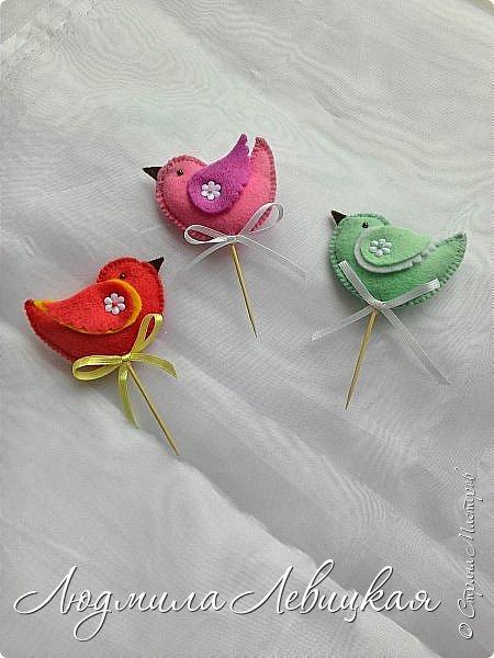 Здравствуй, Страна! Это опять я... Сшила вот таких птичек из фетра к Пасхе для украшалок.  Птички маленькие: 3,3 в высоту, 5,3- в ширину.  Украшены пайетками на крылышках, глазки-бусинки. фото 2