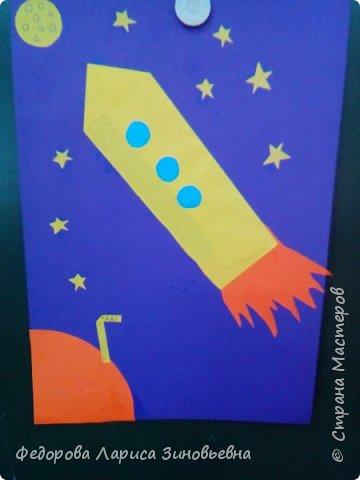 В нашей школе началась подготовка к дню космонавтики. Ребята на уроке делали аппликации, придумывали сами свои космические корабли и летающие тарелки. Вот, что у нас получилось. фото 1
