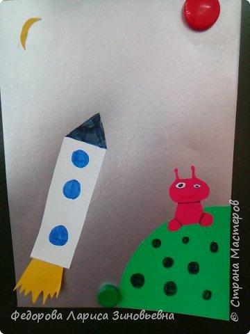 В нашей школе началась подготовка к дню космонавтики. Ребята на уроке делали аппликации, придумывали сами свои космические корабли и летающие тарелки. Вот, что у нас получилось. фото 4