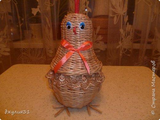 Доброго времени суток всем гостям и жителям Страны!!! Пасха уже  близко и конечно были праздничные работы на подарки и заказы......... Цыпленок-шкатулка моя давняя хотелка по мотивам работы Ludmila13 трубочки крученные на спицу 1,5мм, из белого газетного края 7 см, ВМ- дуб сильно разбавленный   фото 1