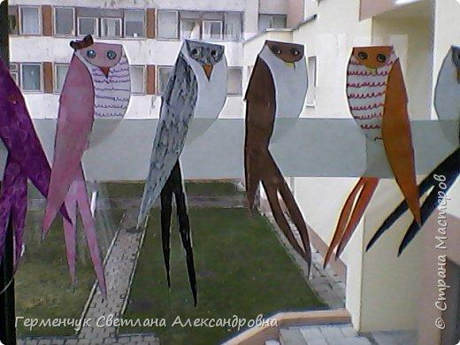 """К нам сегодня в класс """"прилетели"""" модные птички -певички: с бантиками,в красивых платьицах, с сердечками, во фраках с галстуками- бабочками и просто красавицы. Весна...Таких птиц увидели на сайте  www.krokotak.com .Все  ребята старались раскрасить птиц в самые невероятные цвета и придумать фантастические узоры .Получилась красота!!! Все наши мамы были в восторге ( у нас было родительское собрание) А мамочкам  нужно как можно больше приятных эмоций и сюрпризов!!! фото 5"""