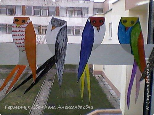 """К нам сегодня в класс """"прилетели"""" модные птички -певички: с бантиками,в красивых платьицах, с сердечками, во фраках с галстуками- бабочками и просто красавицы. Весна...Таких птиц увидели на сайте  www.krokotak.com .Все  ребята старались раскрасить птиц в самые невероятные цвета и придумать фантастические узоры .Получилась красота!!! Все наши мамы были в восторге ( у нас было родительское собрание) А мамочкам  нужно как можно больше приятных эмоций и сюрпризов!!! фото 6"""