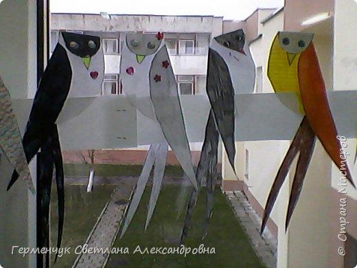 """К нам сегодня в класс """"прилетели"""" модные птички -певички: с бантиками,в красивых платьицах, с сердечками, во фраках с галстуками- бабочками и просто красавицы. Весна...Таких птиц увидели на сайте  www.krokotak.com .Все  ребята старались раскрасить птиц в самые невероятные цвета и придумать фантастические узоры .Получилась красота!!! Все наши мамы были в восторге ( у нас было родительское собрание) А мамочкам  нужно как можно больше приятных эмоций и сюрпризов!!! фото 8"""