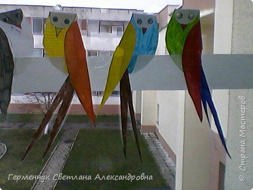 """К нам сегодня в класс """"прилетели"""" модные птички -певички: с бантиками,в красивых платьицах, с сердечками, во фраках с галстуками- бабочками и просто красавицы. Весна...Таких птиц увидели на сайте  www.krokotak.com .Все  ребята старались раскрасить птиц в самые невероятные цвета и придумать фантастические узоры .Получилась красота!!! Все наши мамы были в восторге ( у нас было родительское собрание) А мамочкам  нужно как можно больше приятных эмоций и сюрпризов!!! фото 9"""