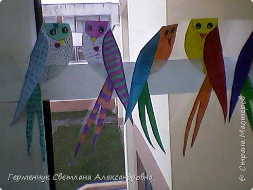 """К нам сегодня в класс """"прилетели"""" модные птички -певички: с бантиками,в красивых платьицах, с сердечками, во фраках с галстуками- бабочками и просто красавицы. Весна...Таких птиц увидели на сайте  www.krokotak.com .Все  ребята старались раскрасить птиц в самые невероятные цвета и придумать фантастические узоры .Получилась красота!!! Все наши мамы были в восторге ( у нас было родительское собрание) А мамочкам  нужно как можно больше приятных эмоций и сюрпризов!!! фото 13"""