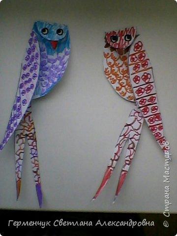 """К нам сегодня в класс """"прилетели"""" модные птички -певички: с бантиками,в красивых платьицах, с сердечками, во фраках с галстуками- бабочками и просто красавицы. Весна...Таких птиц увидели на сайте  www.krokotak.com .Все  ребята старались раскрасить птиц в самые невероятные цвета и придумать фантастические узоры .Получилась красота!!! Все наши мамы были в восторге ( у нас было родительское собрание) А мамочкам  нужно как можно больше приятных эмоций и сюрпризов!!! фото 17"""