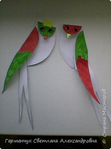"""К нам сегодня в класс """"прилетели"""" модные птички -певички: с бантиками,в красивых платьицах, с сердечками, во фраках с галстуками- бабочками и просто красавицы. Весна...Таких птиц увидели на сайте  www.krokotak.com .Все  ребята старались раскрасить птиц в самые невероятные цвета и придумать фантастические узоры .Получилась красота!!! Все наши мамы были в восторге ( у нас было родительское собрание) А мамочкам  нужно как можно больше приятных эмоций и сюрпризов!!! фото 18"""