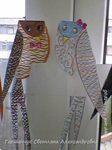 """К нам сегодня в класс """"прилетели"""" модные птички -певички: с бантиками,в красивых платьицах, с сердечками, во фраках с галстуками- бабочками и просто красавицы. Весна...Таких птиц увидели на сайте  www.krokotak.com .Все  ребята старались раскрасить птиц в самые невероятные цвета и придумать фантастические узоры .Получилась красота!!! Все наши мамы были в восторге ( у нас было родительское собрание) А мамочкам  нужно как можно больше приятных эмоций и сюрпризов!!! фото 21"""
