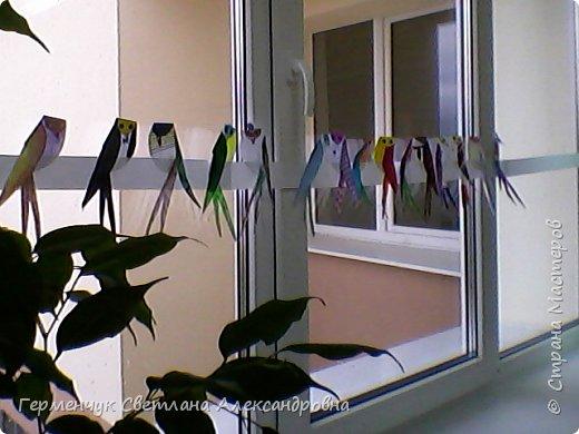 """К нам сегодня в класс """"прилетели"""" модные птички -певички: с бантиками,в красивых платьицах, с сердечками, во фраках с галстуками- бабочками и просто красавицы. Весна...Таких птиц увидели на сайте  www.krokotak.com .Все  ребята старались раскрасить птиц в самые невероятные цвета и придумать фантастические узоры .Получилась красота!!! Все наши мамы были в восторге ( у нас было родительское собрание) А мамочкам  нужно как можно больше приятных эмоций и сюрпризов!!! фото 23"""
