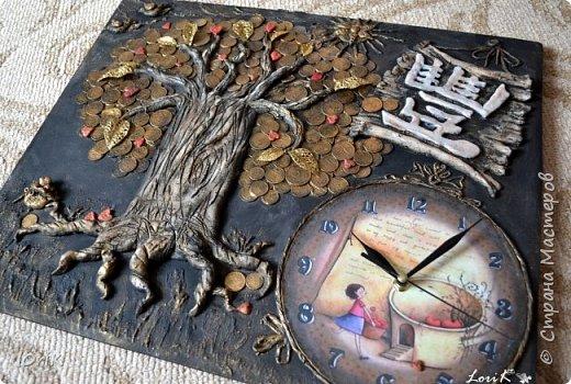 Готовы еще одни часики..  Часы-панно Денежное дерево  Размер 50х60  Денежное дерево является одним из наиболее мощных средств, чтобы привлекать материальные блага. Денежное дерево, которое правильно размещено и которое любят, обязательно принесет финансовое благополучие.  Еще его называют деревом жизни. Древо жизни – это символ мудрости, моральной и физической силы и красоты. Корни и ветви – это идеи, оставленные нам прошлыми поколениями и связанные воедино стволом древа жизни. Древо символизирует семейное счастье, продолжение рода, благополучие семьи, связь поколений.  Денежное дерево является волшебным. Несмотря на то, что такое дерево является символическим, обращаться с ним необходимо как с живым настоящим растением. Требуется оказывать ему внимание, в частности, хорошим освещением и уборкой.  фото 1