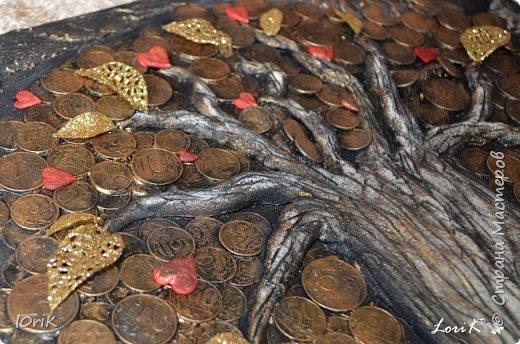 Готовы еще одни часики..  Часы-панно Денежное дерево  Размер 50х60  Денежное дерево является одним из наиболее мощных средств, чтобы привлекать материальные блага. Денежное дерево, которое правильно размещено и которое любят, обязательно принесет финансовое благополучие.  Еще его называют деревом жизни. Древо жизни – это символ мудрости, моральной и физической силы и красоты. Корни и ветви – это идеи, оставленные нам прошлыми поколениями и связанные воедино стволом древа жизни. Древо символизирует семейное счастье, продолжение рода, благополучие семьи, связь поколений.  Денежное дерево является волшебным. Несмотря на то, что такое дерево является символическим, обращаться с ним необходимо как с живым настоящим растением. Требуется оказывать ему внимание, в частности, хорошим освещением и уборкой.  фото 2