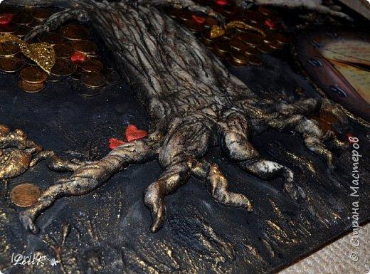 Готовы еще одни часики..  Часы-панно Денежное дерево  Размер 50х60  Денежное дерево является одним из наиболее мощных средств, чтобы привлекать материальные блага. Денежное дерево, которое правильно размещено и которое любят, обязательно принесет финансовое благополучие.  Еще его называют деревом жизни. Древо жизни – это символ мудрости, моральной и физической силы и красоты. Корни и ветви – это идеи, оставленные нам прошлыми поколениями и связанные воедино стволом древа жизни. Древо символизирует семейное счастье, продолжение рода, благополучие семьи, связь поколений.  Денежное дерево является волшебным. Несмотря на то, что такое дерево является символическим, обращаться с ним необходимо как с живым настоящим растением. Требуется оказывать ему внимание, в частности, хорошим освещением и уборкой.  фото 3
