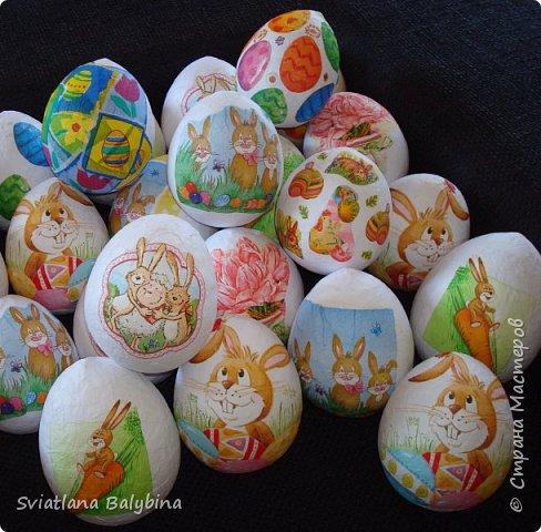 Такое яичко служит идеальной упаковкой для подарка к Светлому празднику Пасхи. Во внутрь можно положить крашеное яйцо, конфеты, печенье, маленькую пасочку, пасхальный сувенир - все зависит от вашей фантазии. Размер яйца примерно 14х10 см.  фото 6