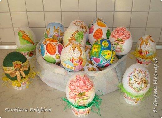 Такое яичко служит идеальной упаковкой для подарка к Светлому празднику Пасхи. Во внутрь можно положить крашеное яйцо, конфеты, печенье, маленькую пасочку, пасхальный сувенир - все зависит от вашей фантазии. Размер яйца примерно 14х10 см.  фото 1