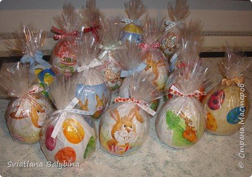Такое яичко служит идеальной упаковкой для подарка к Светлому празднику Пасхи. Во внутрь можно положить крашеное яйцо, конфеты, печенье, маленькую пасочку, пасхальный сувенир - все зависит от вашей фантазии. Размер яйца примерно 14х10 см.  фото 8