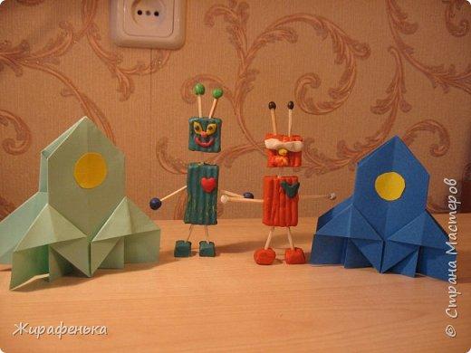 Работа из моего архива от 2014г. Делала с воспитанником Сашей 5л. Милые человечки,похожие на роботов,с добрыми сердцами прилетели на планету Земля. Наши космические корабли им понравились. фото 5