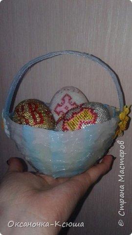 Теперь наша поделочка на городской конкурс. Яйца оплетены бисером (их продемонстрировала в предыдущей работе), корзинка выполнена из атласной ленты + горячего клея. Вот, такое чудо у нас получилось фото 2