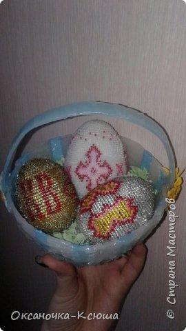 Теперь наша поделочка на городской конкурс. Яйца оплетены бисером (их продемонстрировала в предыдущей работе), корзинка выполнена из атласной ленты + горячего клея. Вот, такое чудо у нас получилось фото 4