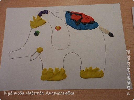 """В рамках проекта """"По странам и континентам"""" изучали Индию. Беседовали о слонах- помощниках человека, о том, как люди украшают своих любимцев. А потом на картонном силуэте эти украшения лепили. Вот что у нас получилось. фото 7"""