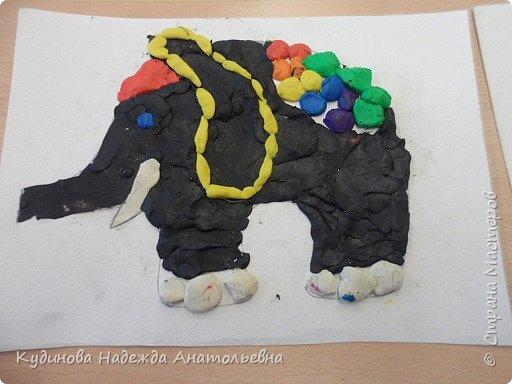 """В рамках проекта """"По странам и континентам"""" изучали Индию. Беседовали о слонах- помощниках человека, о том, как люди украшают своих любимцев. А потом на картонном силуэте эти украшения лепили. Вот что у нас получилось. фото 2"""