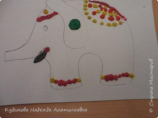 """В рамках проекта """"По странам и континентам"""" изучали Индию. Беседовали о слонах- помощниках человека, о том, как люди украшают своих любимцев. А потом на картонном силуэте эти украшения лепили. Вот что у нас получилось. фото 6"""