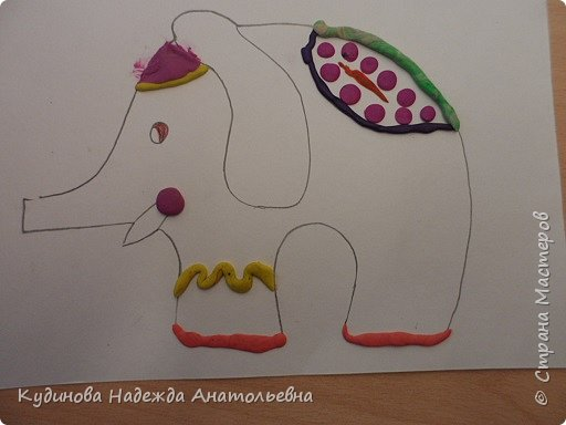 """В рамках проекта """"По странам и континентам"""" изучали Индию. Беседовали о слонах- помощниках человека, о том, как люди украшают своих любимцев. А потом на картонном силуэте эти украшения лепили. Вот что у нас получилось. фото 5"""