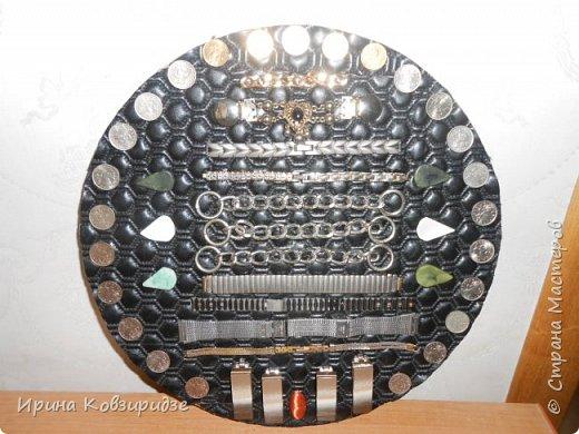 Панно из старых часов, остатков мебельной фурнитуры, и мелких монет. Основа- круг из ДВП, шёлк, кожзам от старой сумки. фото 3
