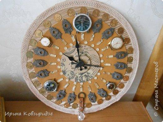 Панно из старых часов, остатков мебельной фурнитуры, и мелких монет. Основа- круг из ДВП, шёлк, кожзам от старой сумки. фото 1